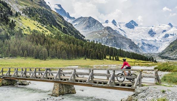 Schöner Veloweg in den Schweizer Bergen
