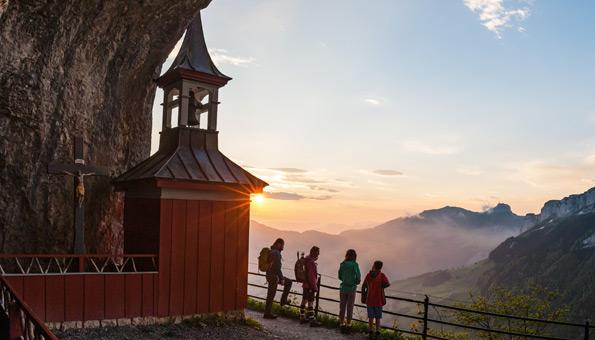 Wanderer beim Wildkirchli im Kanton Appenzell.