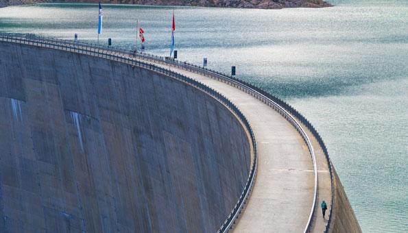 Wasserkraftwerk in einer Staumauer zeigt Potential der Wasserkraft