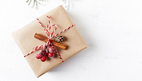 Geschenk, Einmachglas mit Guetzli und Weihnachtsdeko auf einem Holztisch.