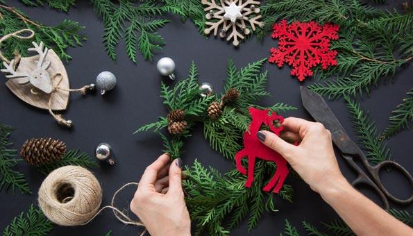 Selbstgemachte Weihnachtsdeko aus Tannenzeigen, Tannzapfen, Guetzli und Schleifen.