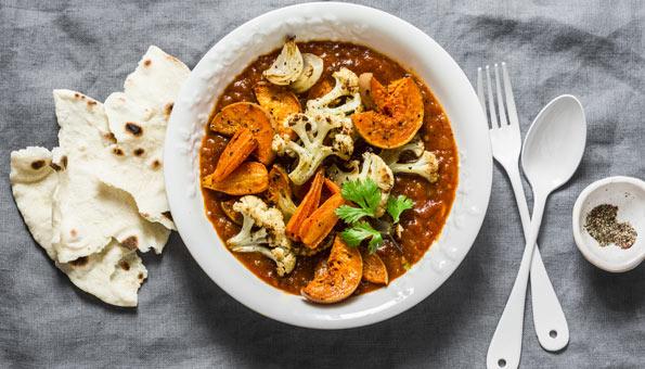 Gemüseeintopf mit Wintergemüse auf einem Teller serviert.
