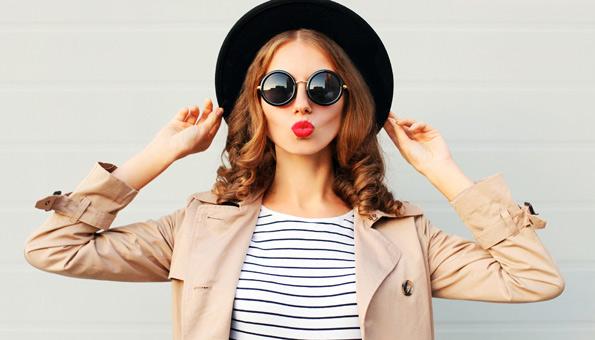 Junge Frau in stylischer veganer Kleidung.