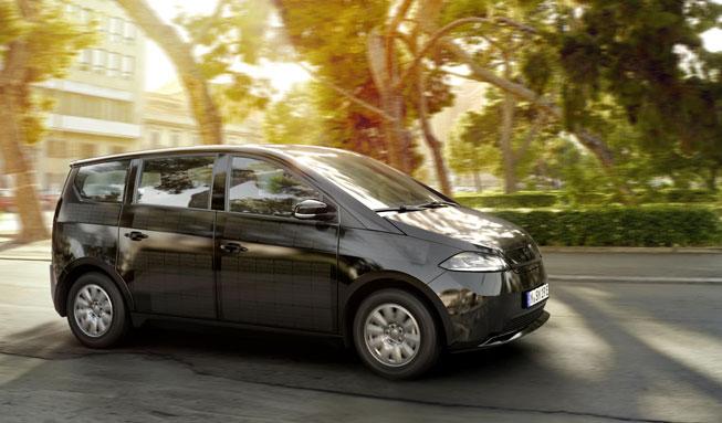 Das erste in Serie gefertigte Solarauto der Welt startet durch