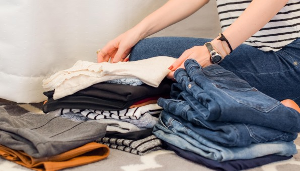Einen minimalistischen Kleiderschrank einräumen