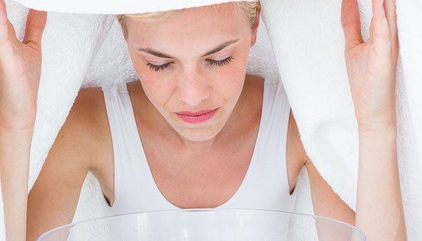 Mit einem Kamille-Dampfbad können Sie viel gegen fettige Haut tun