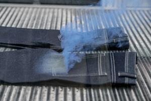 Bio-Jeans: Warum sie so viel besser ist: Schonende Lasertechnik für den Used-Look der Jeans.