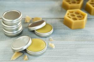 Lippenbalsam selber machen: 4 Rezepte mit natürlichen Zutaten. Lippenpomade mit Bienenwachs.