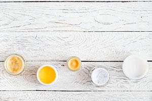 Lippenbalsam selber machen: 4 Rezepte mit natürlichen Zutaten. Lippenpomade in Döschen.