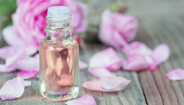 Rosenwasser selber machen: Einfaches Rezept aus den Blättern