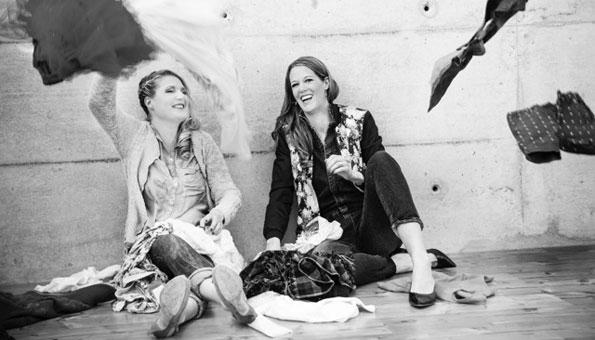 Die Gründerinnen Claudia und Rahel wollen mit Kleiderberg Lust auf Second Hand machen.