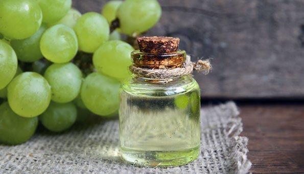 Traubenkernöl: 7 Tipps, wie es Haut und Haare gesund pflegt