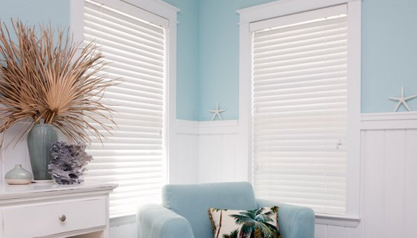 Geschlossene Fensterläden und Rollläden sorgen für eine kühle Wohnung