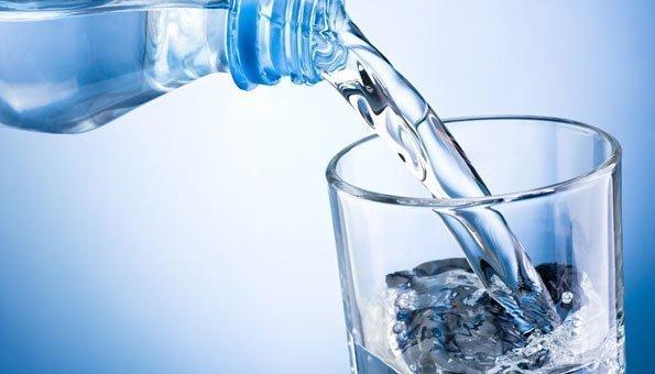 Sprudelwasser führt möglicherweise zu Gewichtszunahme. Die Kohlensäure aktiviert ein Hungerhormon.