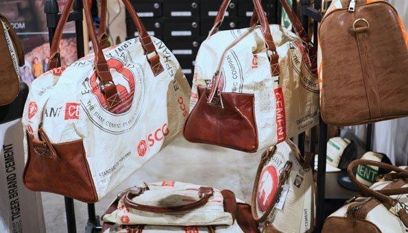 Criterion: Regenwürmer im Wohnzimmer und Zementsäcke als Taschen