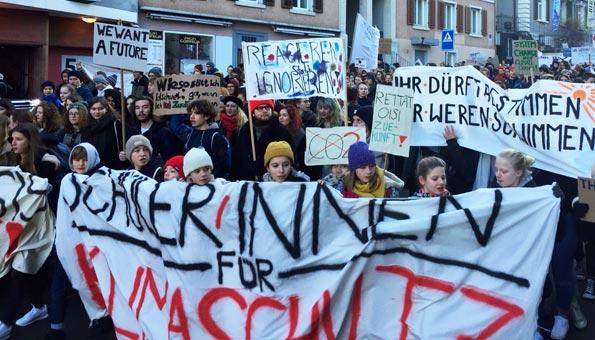 Klimastreik Schweiz: Tausende Schüler in mehreren Schweizer Städten laufen beim Klimastreik mit