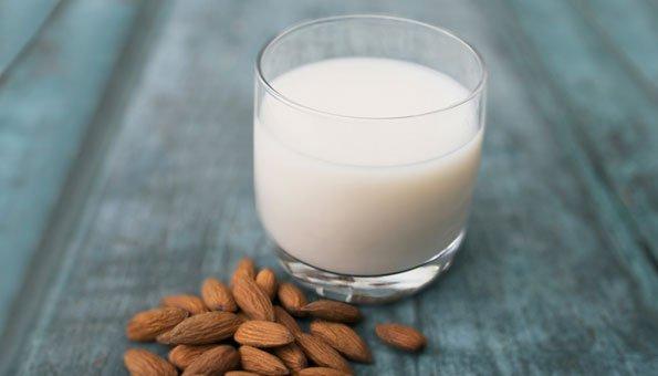 : Milchersatz: Mandelmilch und Co. können Kuhmilch nicht ersetzen
