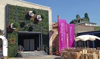Aus Fassade wird Stadtpark durch waagerecht wachsende Bäume