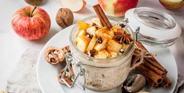 Apfel-Dessert im Glas serviert