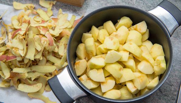Äpfel schälen und in kleine Stücke schneiden.