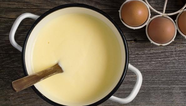 Vanillesauce zubereiten und den Apfelstrudel damit übergiessen,