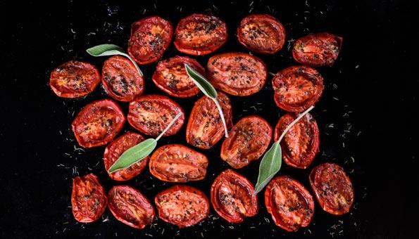 Tomaten auf einem Backblech trocknen