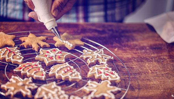 Lebkuchen-Guetzli mit Glasur verzieren