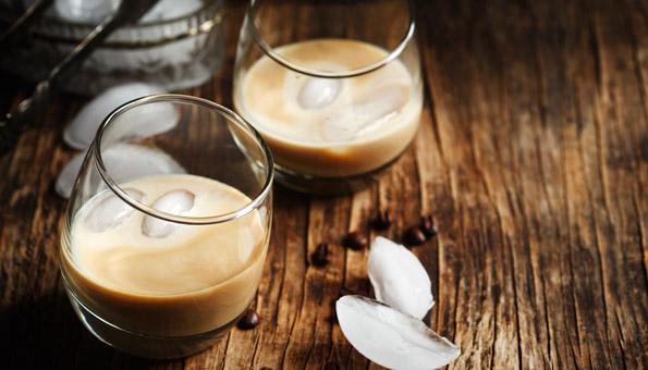 Kaffeelikör schmeckt mit Sahne besonders fein