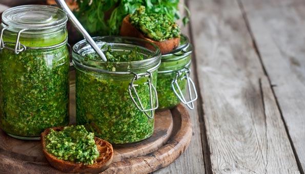 Pesto im Glas abgefüllt zum Haltbarmachen
