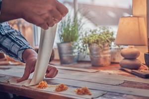Ravioli Teig und Füllung zusammenfügen