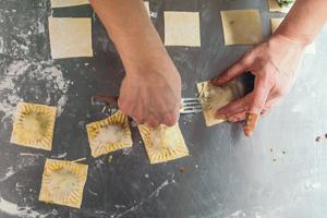 Ravioli Teigränder mit Gabel andrücken