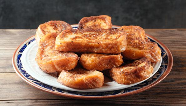 Aus altem Brot Fotzelschnitten zubereiten
