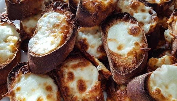Käseschnitten aus altem Brot gebacken