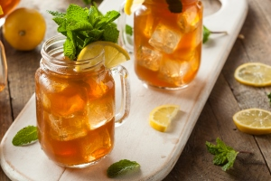 Wasserkefir kann mit Kräutern und Zitrone verfeinert werden
