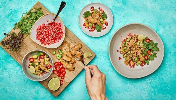 Planted Chicken besteht aus Erbsenprotein sieht aber aus wie echtes Hühnerfleisch