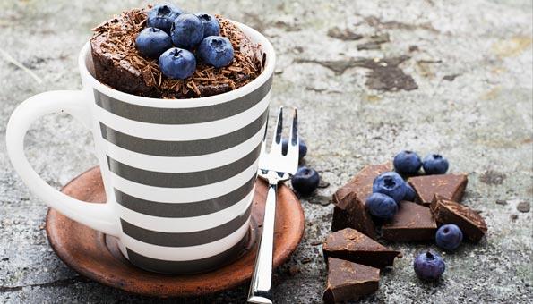 Diese Brownies können Sie auch als Tassenkuchen servieren.