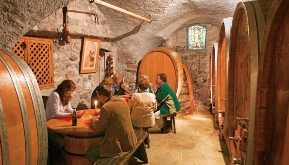 Weindegustation in einem traditionellen Weinkeller nach der Weinwanderung