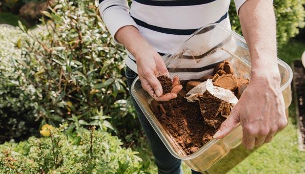 Im Garten Kaffeesatz vielseitig anwenden