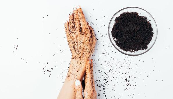 Kaffeesatz eignet sich für ein Handpeeling