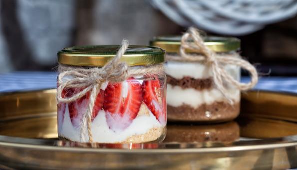 Desserts servieren in alten Schraubgläsern