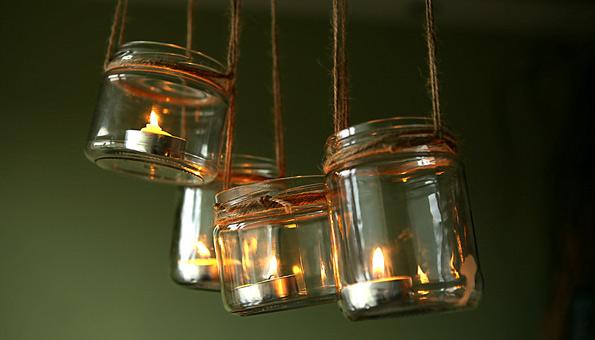 Hängende Lichter aus alten Schraubgläsern