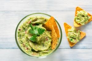 Guacamole schmeckt fein mit Nachos und Gemüse