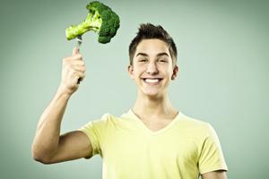 Mann mit Broccoli auf der Gabel symbolisiert Flexitarier.