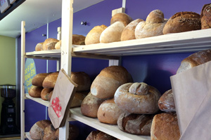 Das Brot, das Frischer Fritz am Marktstand verkauft, würde sonst im Abfall landen