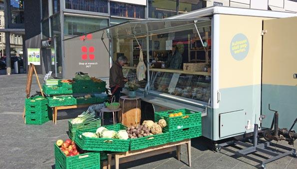 Auf dem Aarefeldplatz in Thun verkauft Frischer Fritz am Marktstand seine Produkte