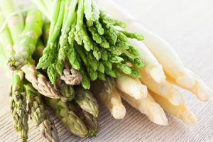 Spargelsaison ist von April bis Juni. Kaufen Sie Spargeln zum Kochen immer aus regionalem Anbau
