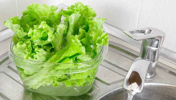Welken Salat im Wasserbad wieder auffrischen.