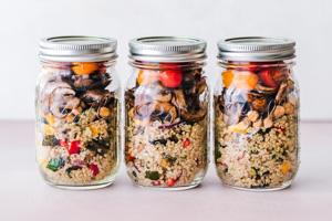 Vorgekochtes Essen in Gläsern aufbewahren