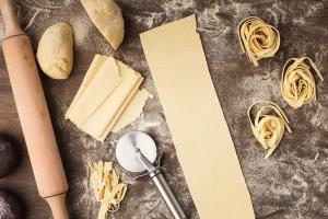 pastateig mit dem Nudelholz ausrollen
