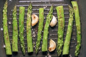 Spargeln zubereiten in der Bratpfanne mit Öl oder Butter